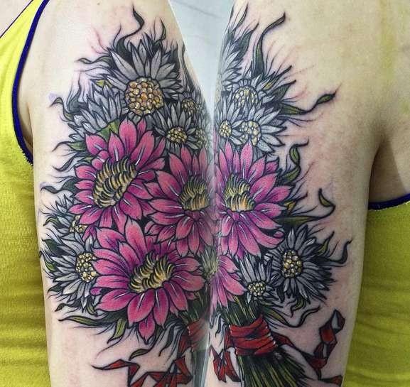 Lifelike amazing looking shoulder tattoo of beautiful flowers