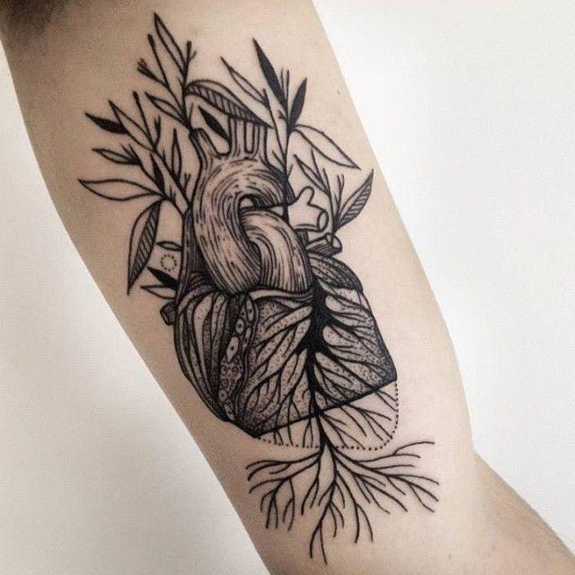 Inchiostro nero a colori dipinto da Michele Zingales tatuaggio bicipite del cuore umano con le piante