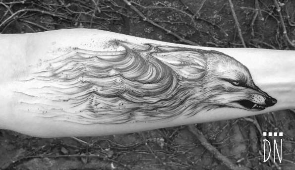 Tatuaggio per avambraccio in inchiostro nero di stile Linework con ali ondulate