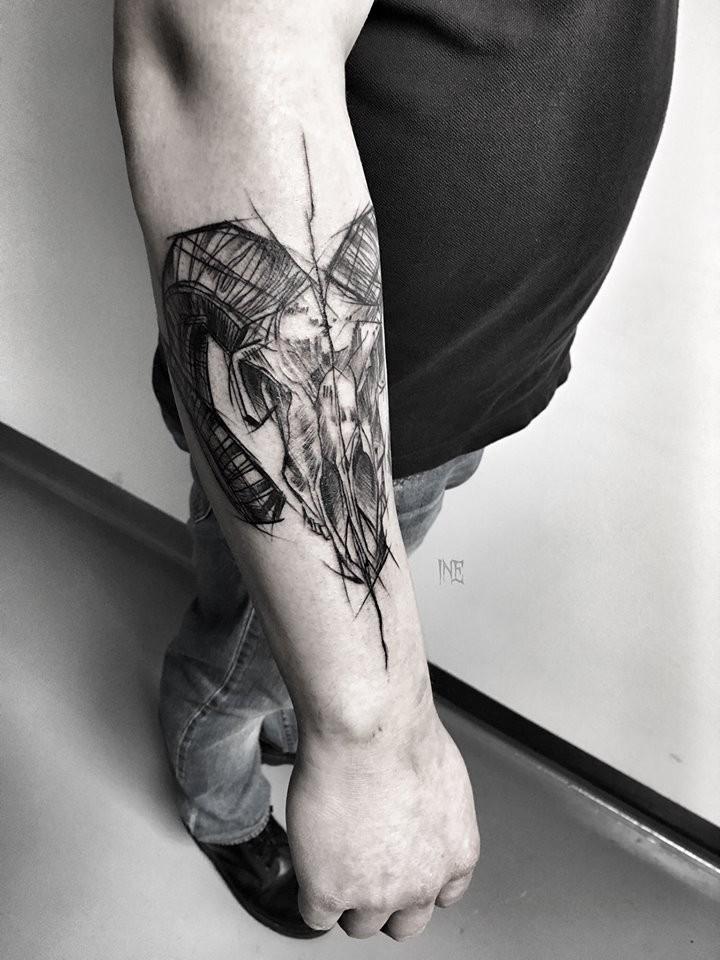 Stile in lino dipinto da Inez Janiak tatuaggio a braccio di teschio animale