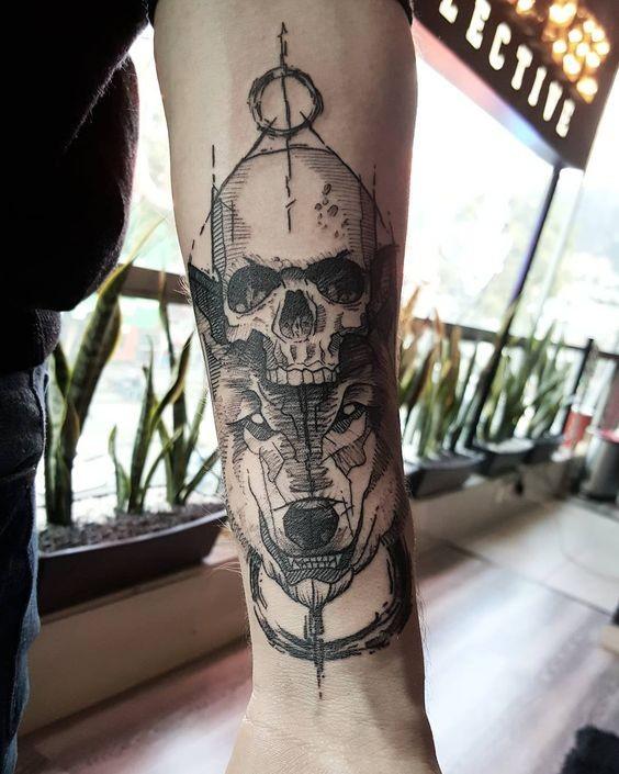 Stile di lino dipinto in inchiostro nero tatuaggio avambraccio di lupo demoniaco con teschio