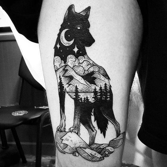 Tatuaggio a inchiostro nero a forma di lupo stile Linework stilizzato con montagne notturne