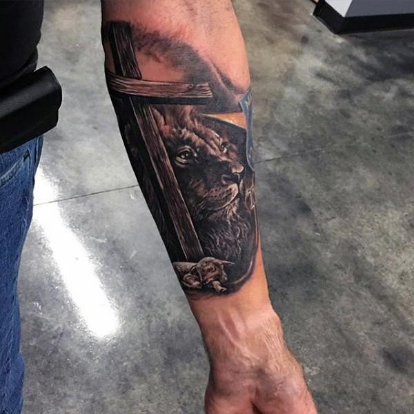 Löwe und Lamm unter großen hölzernen Kreuz religiöses realistisches Unterarm Tattoo