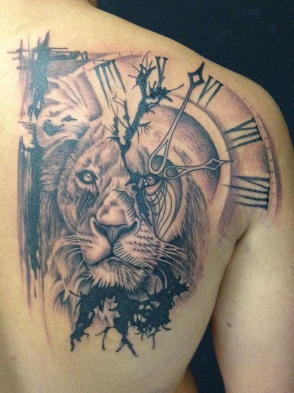 Tatuaggio sulla spalla la faccia di leone & l&quotorologio