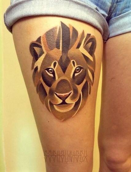 Tatuaggio sulla gamba il disegno in forma di leone