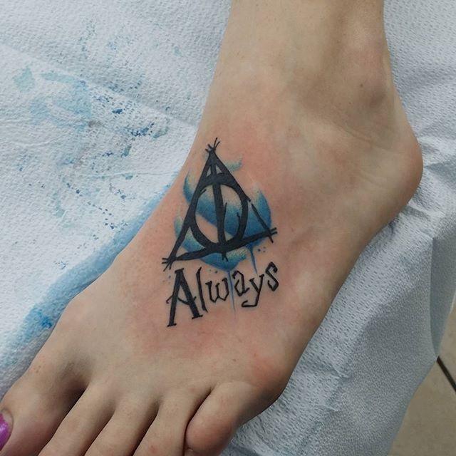 Tatuaje en el pie, símbolo de Harry Potter con frase siempre
