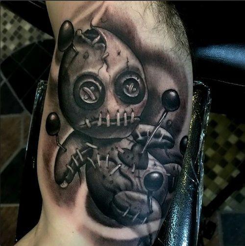 piccolo bianco e nero raccapricciante bambola voodoo tatuaggio su braccio