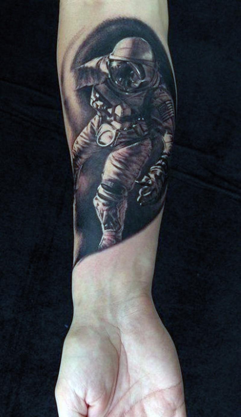 piccolo nero e bianco dettagliato astronauta in buio tatuaggio su polso