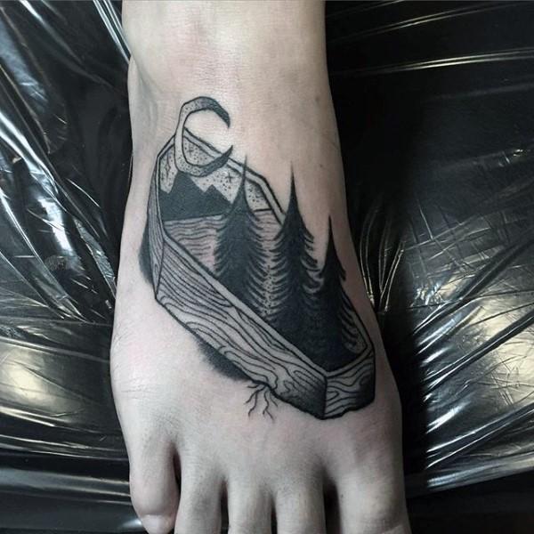 Tatuaje en el pie, ataúd de madera con el bosque en él