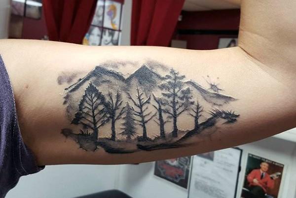 piccolo inchiostro nero magnifico montagna su foreste tatuaggio su bicipite