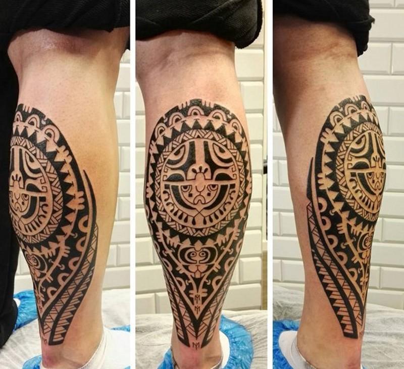 piccolo inchiostro nero stile polinesiano tatuaggio su gamba