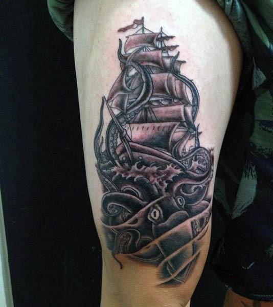 piccolo inchiostro nero calamaro attaccato a barca tatuaggio su coscia