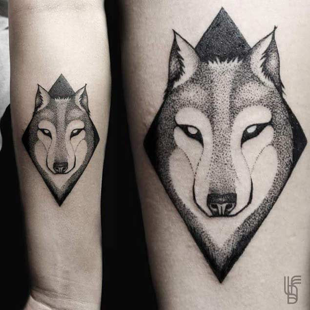 Kleines Schwarzes Seltsames Wolf Portrat Tattoo Am Unterarm Mit