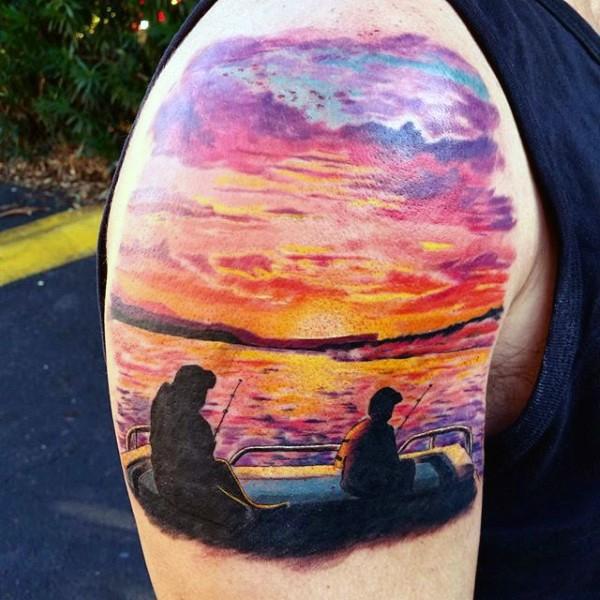 Tatuaje en el brazo, padre y su hijo queridos que pescan en el bote