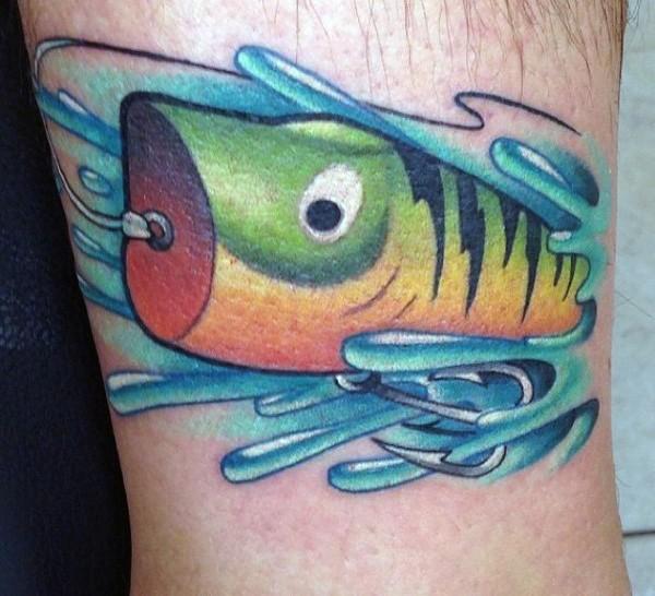 piccolo colorato pesce a forma esca tatuaggio su caviglia