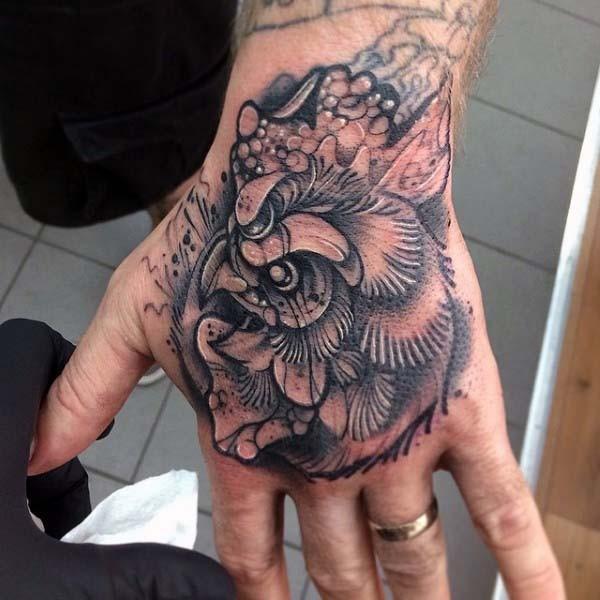 piccolo carino dipinto dettagliato testa di gallo tatuaggio su mano