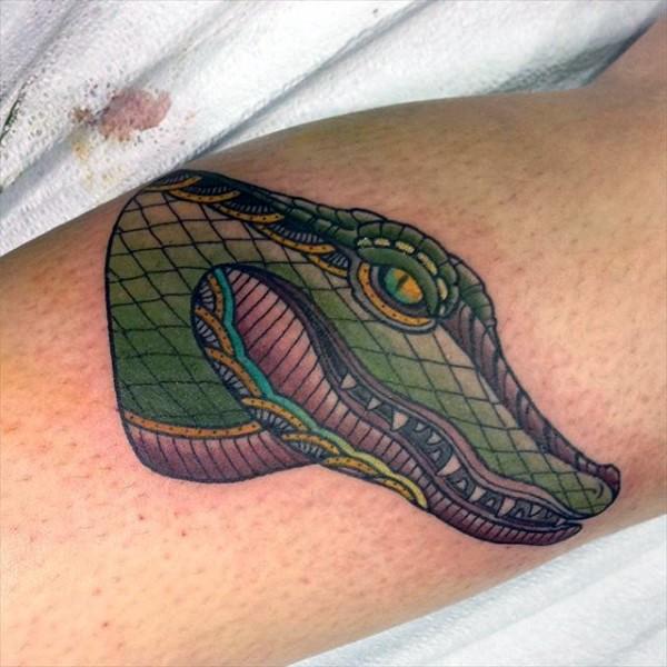 piccolo verde animato testa alligatore tatuaggio su gamba