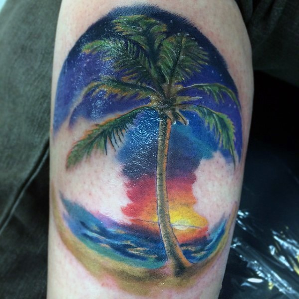 piccolo multicolore carino albero palma su tramonto tatuaggio su braccio