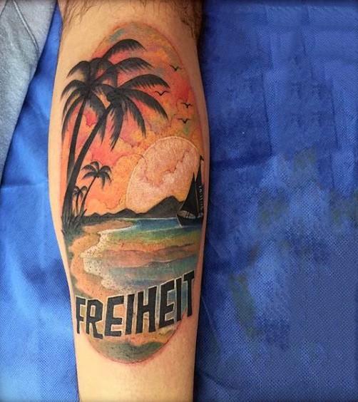piccolo multicolore oceano isola con barca su tramonto con lettere tatuaggio su stinco