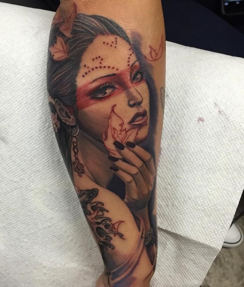 Tatuaje de mujer atractiva  en el antebrazo