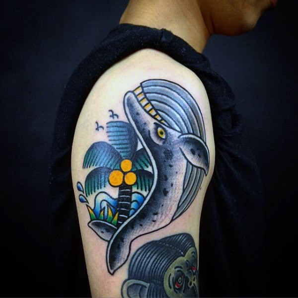 piccola vecchia scuola stile colorato divertente balena con palma tatuaggio su braccio