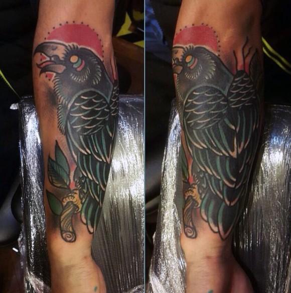 piccolo vecchia scuola stile dipinto colorato corvo tatuaggio su braccio