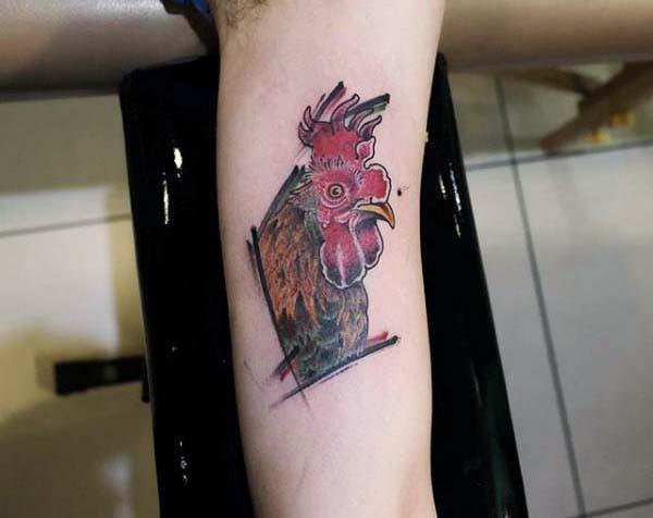 piccolo semplice disegno dettagliato testa gallo tatuaggio su braccio