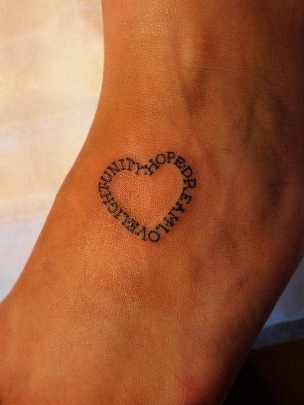 piccolo semplice forma cuore tatuaggio su piede