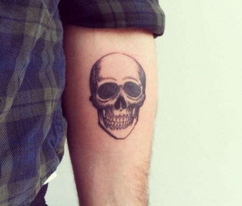 Tatuaggio bello sul braccio il teschio