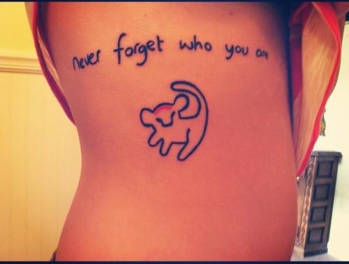 piccolo leoncino e scritto tatuaggio sulle costolette