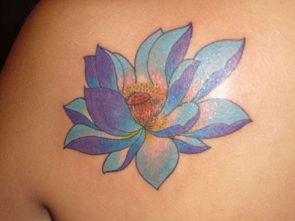bellissimo loto blu tatuaggio