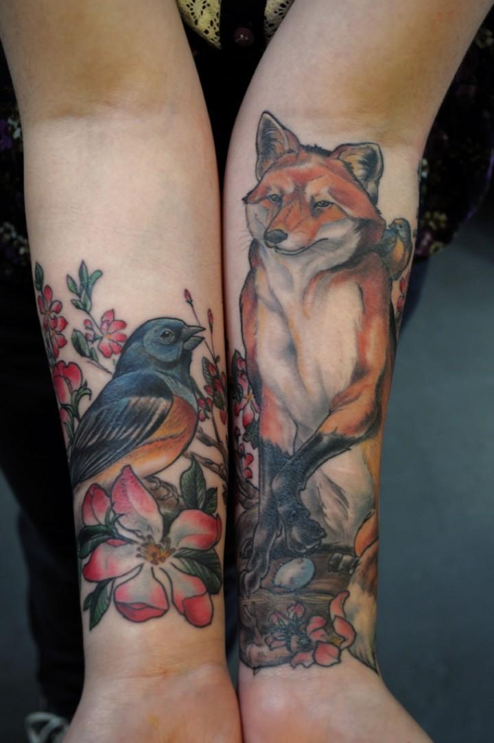 bellissimo colorato tatuaggio volpe rossa con uccello avambraccio