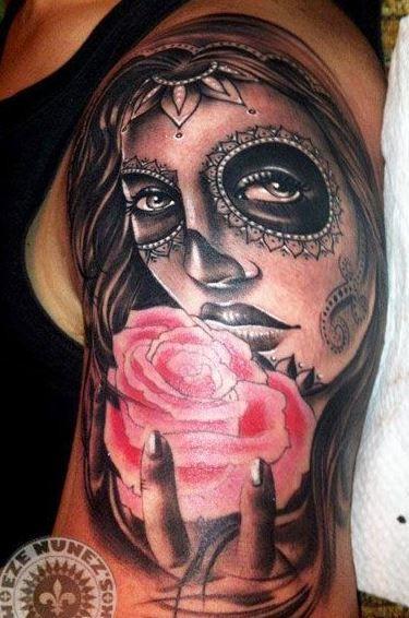giorno bello di ragazza morte con rosa rosa tatuaggio