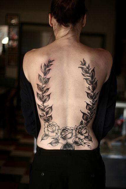 bellissimi eleganti  rose grigie nere tatuaggio sulla schiena