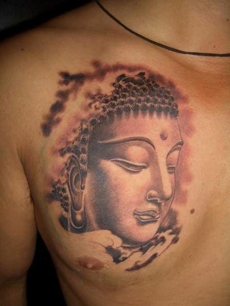 Reizender Gautama Buddha Tattoo an der Brust