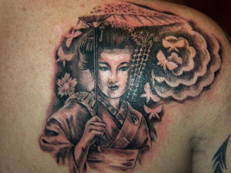 Tatuaggio carino sulla spalla bellissima geisha
