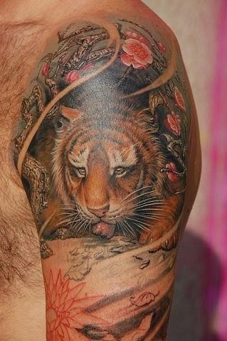 bellissimo piccolo tigre tatuaggio sulla spalla