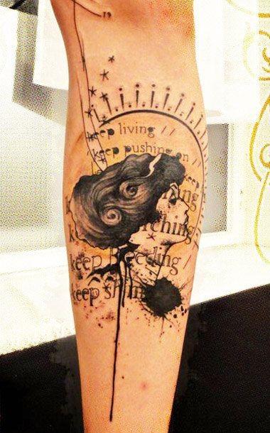 bel ritratto di ragazza polca spazzatura avambraccio tatuaggio