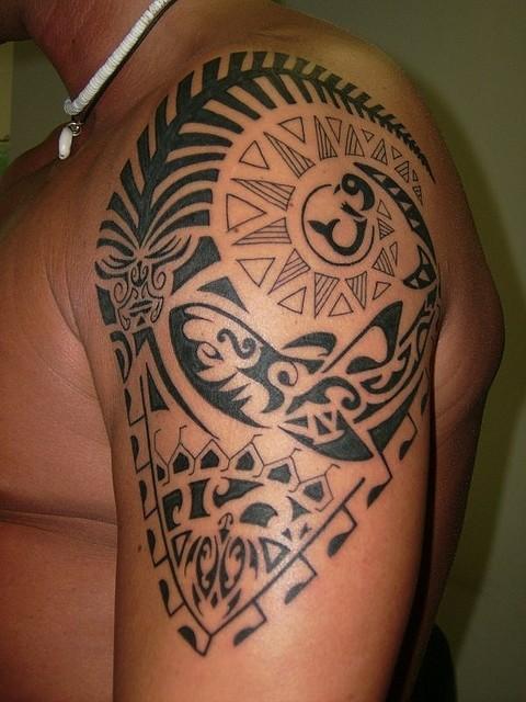 bello polinesiano sacro tatuaggio sulla spalla