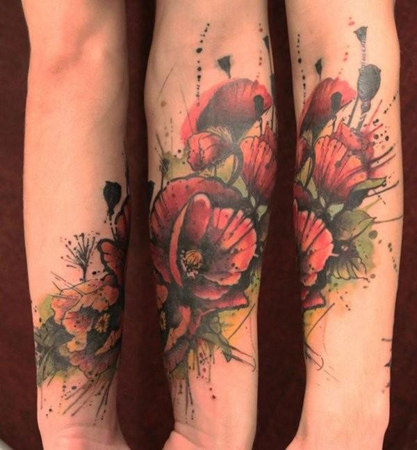 Tatuaje  de amapolas pintorescas de acuarelas en el antebrazo