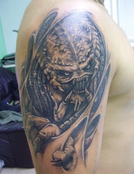 Lovely xenomorph alien tattoo on shoulder