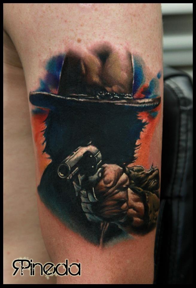 Tatuaje en el brazo,  vaquero oscuro  con pistola