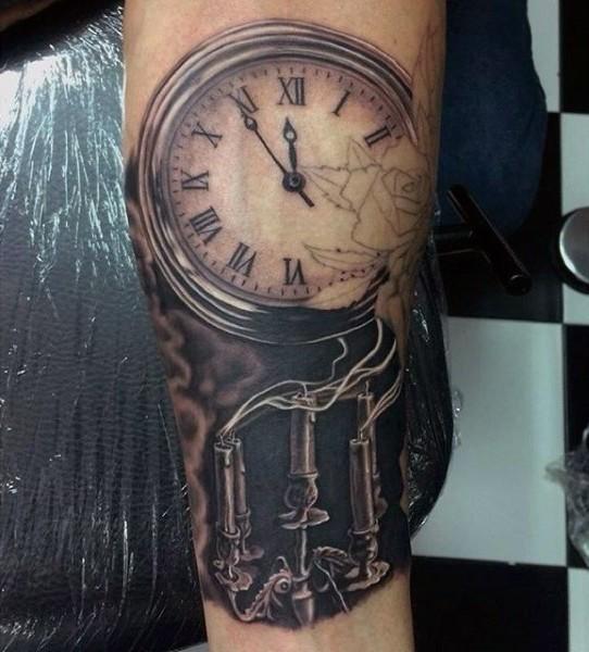 Tatuaje en el brazo, reloj antiguo con velas, estilo misterioso