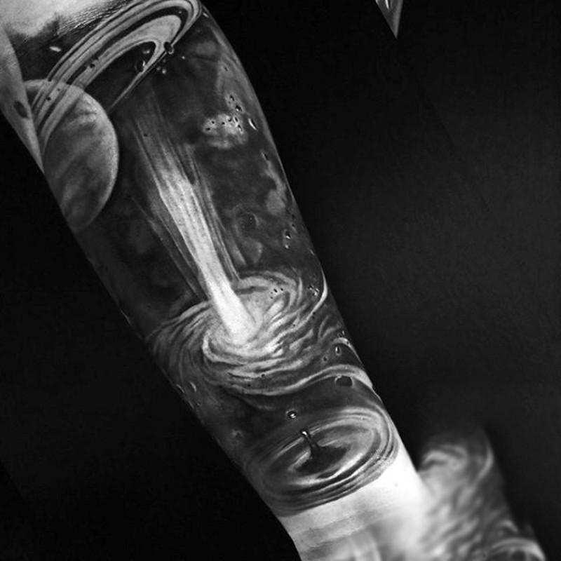 magnifico dipinto nero e bianco dettagliato esplodere in spazio tatuaggio avambraccio