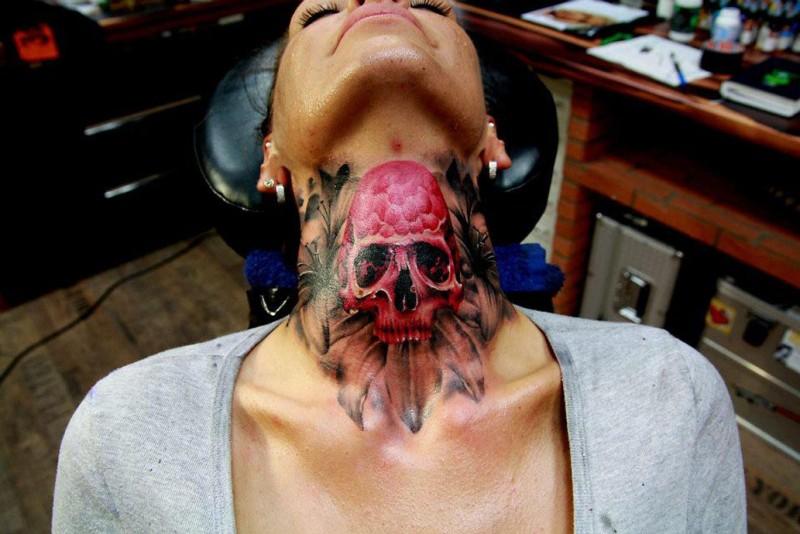 Tatuaje en el cuello, cráneo rosado fascinante volumétrico