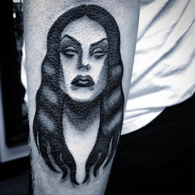 maestoso nero vampiro mezza braccio tatuaggio di sara rai