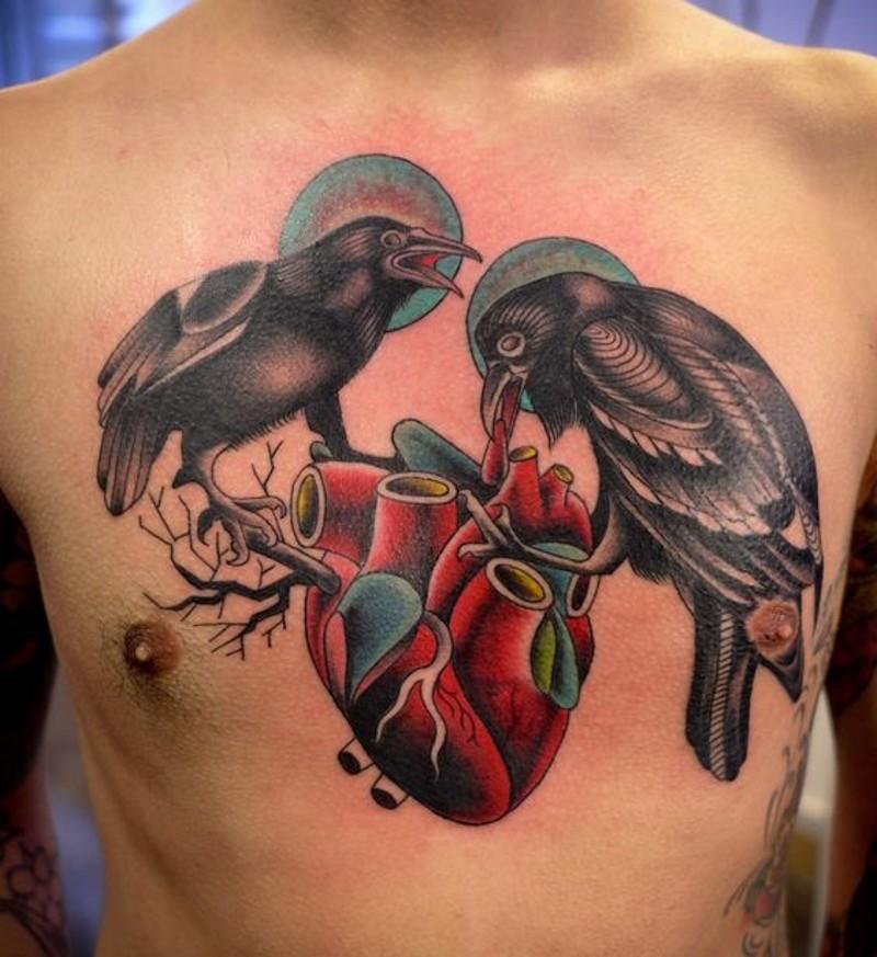 meraviglioso colorato dipinto grandi uccelli con cuore tatuaggio su petto