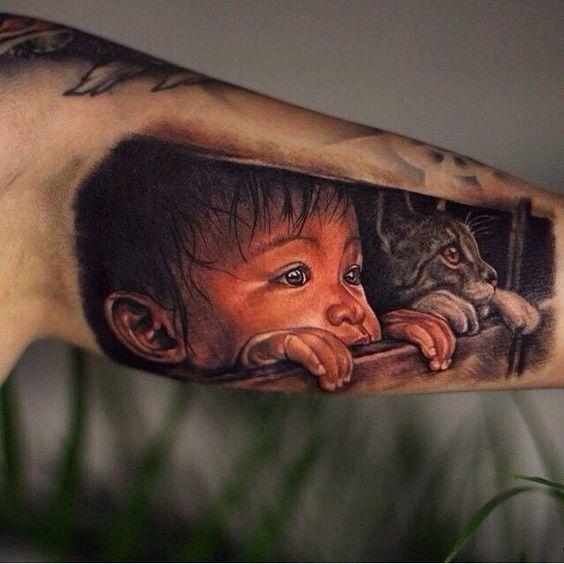 Meraviglioso piccolo bambino e gatto tatuato sul braccio