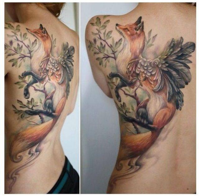 meraviglioso dipinta colorato grande volpe con piuma tatuaggio su spalla