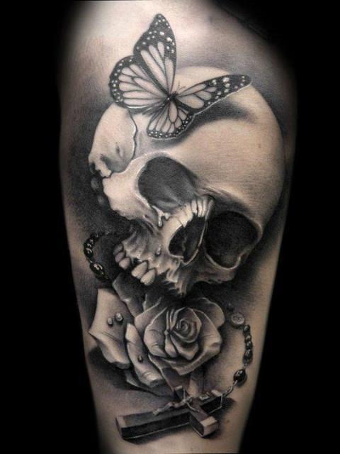 meraviglioso cranio con rosa e farfalla  tatuaggio